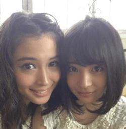 広瀬すず(右)と姉の広瀬アリス(左)